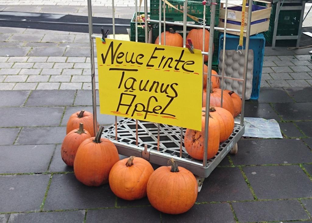 """Falsch beschriftete Kürbisse auf Palette """"Neue Ernte: Taunusäpfel"""""""